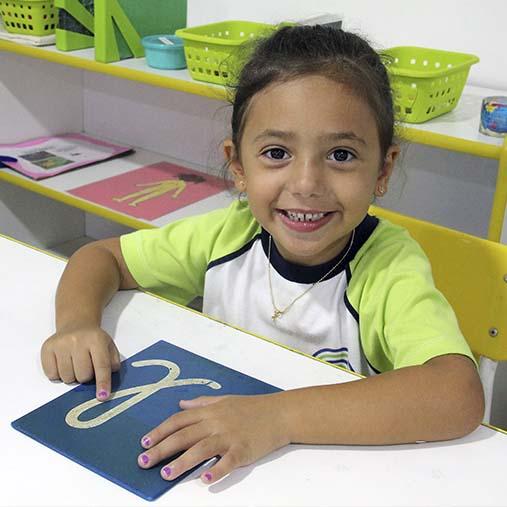escola montessori niterói - aluna desenhando letra